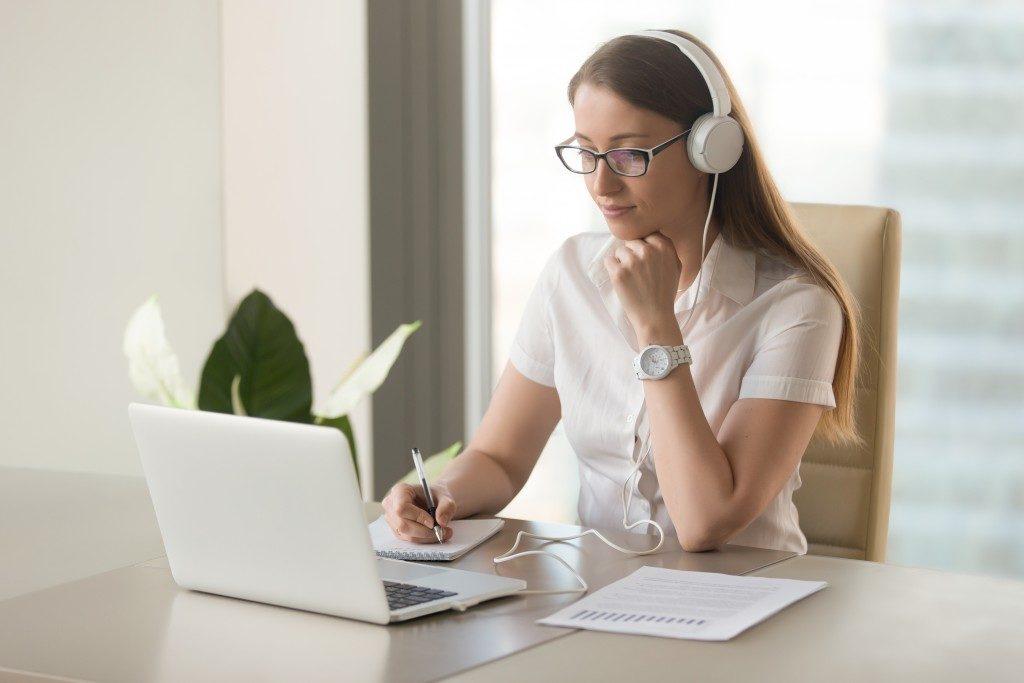 woman doing online class